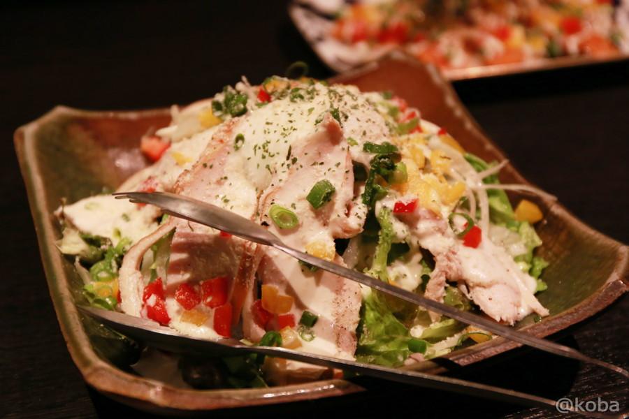 05鎌ヶ谷 シロマル 温玉とスモークチキンシーザーサラダ