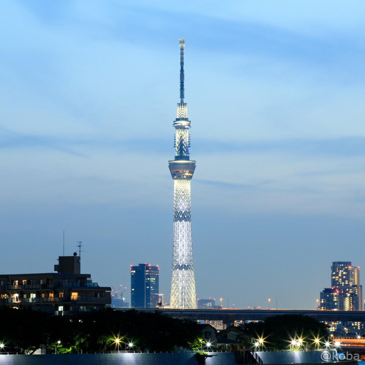 LED照明器具を最大限に近い明度で白色にライティング、展望台の赤がアクセント。│東京スカイツリー│葛飾区で撮影したスカイツリーです。│2017年5月21日│こばフォトブログ