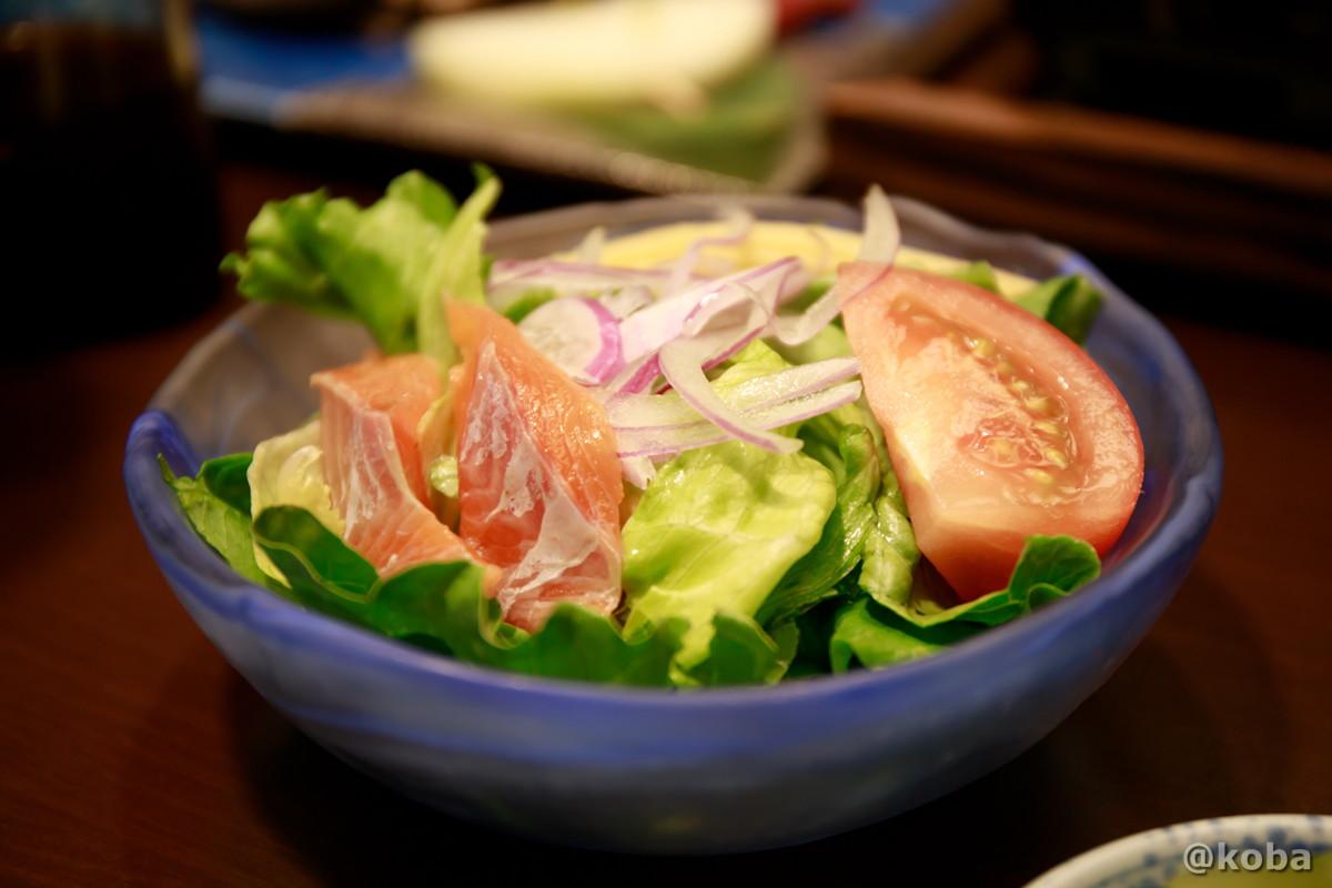 サラダに乗っている魚は、群馬のブランド、ギンヒカリ(ニジマス)│法師温泉長寿館(ほうしおんせんちょうじゅかん)│夕食・お肉プラン│群馬県