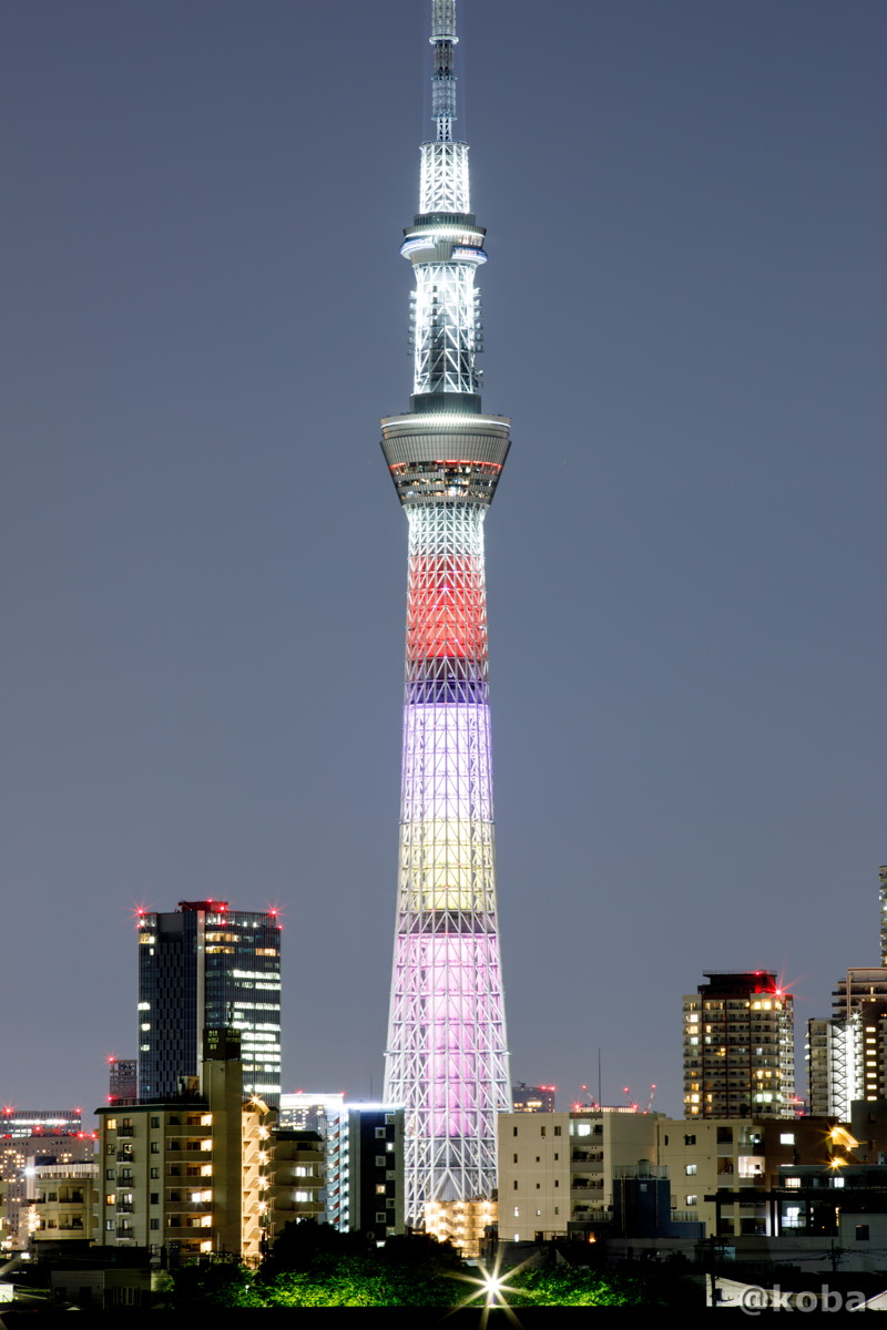 東京スカイツリー│ももいろクローバーZ結成10周年記念 特別ライティング│メンバーのカラーである、赤色、紫色、黄色、桃色で芯柱を表現し、鉄骨部分に、各メンバーカラーの流れ星が現れるデザイン│こばフォトブログ│@koba