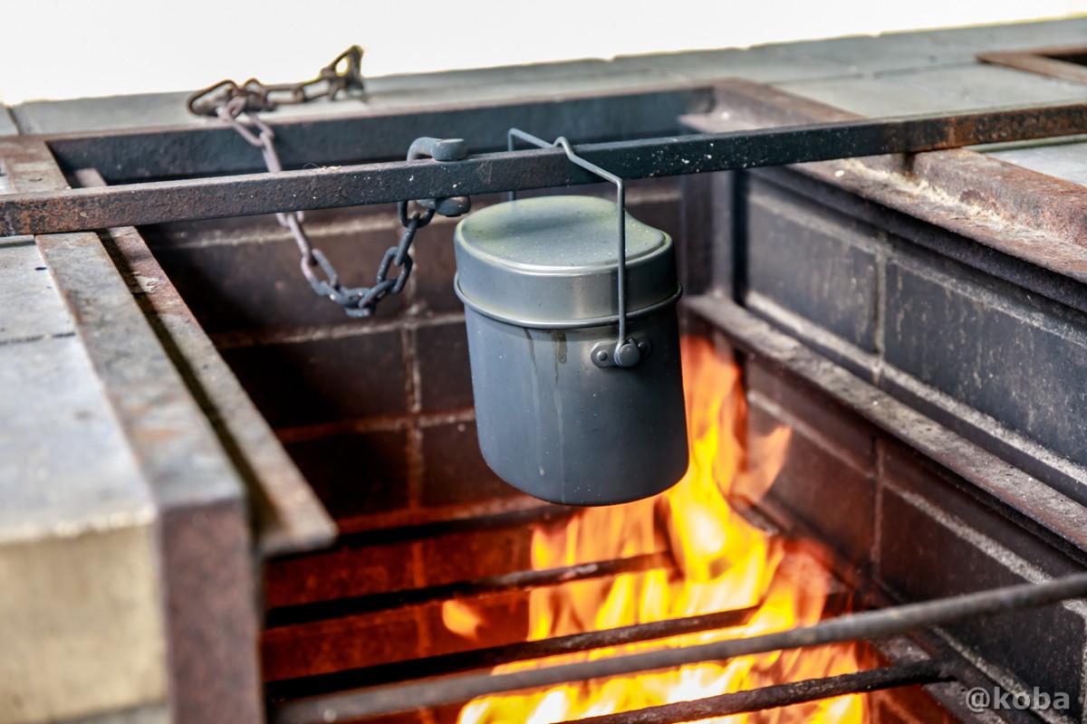 竈で飯盒炊飯 炉の使い方 兵式飯盒4合まで炊ける飯盒です