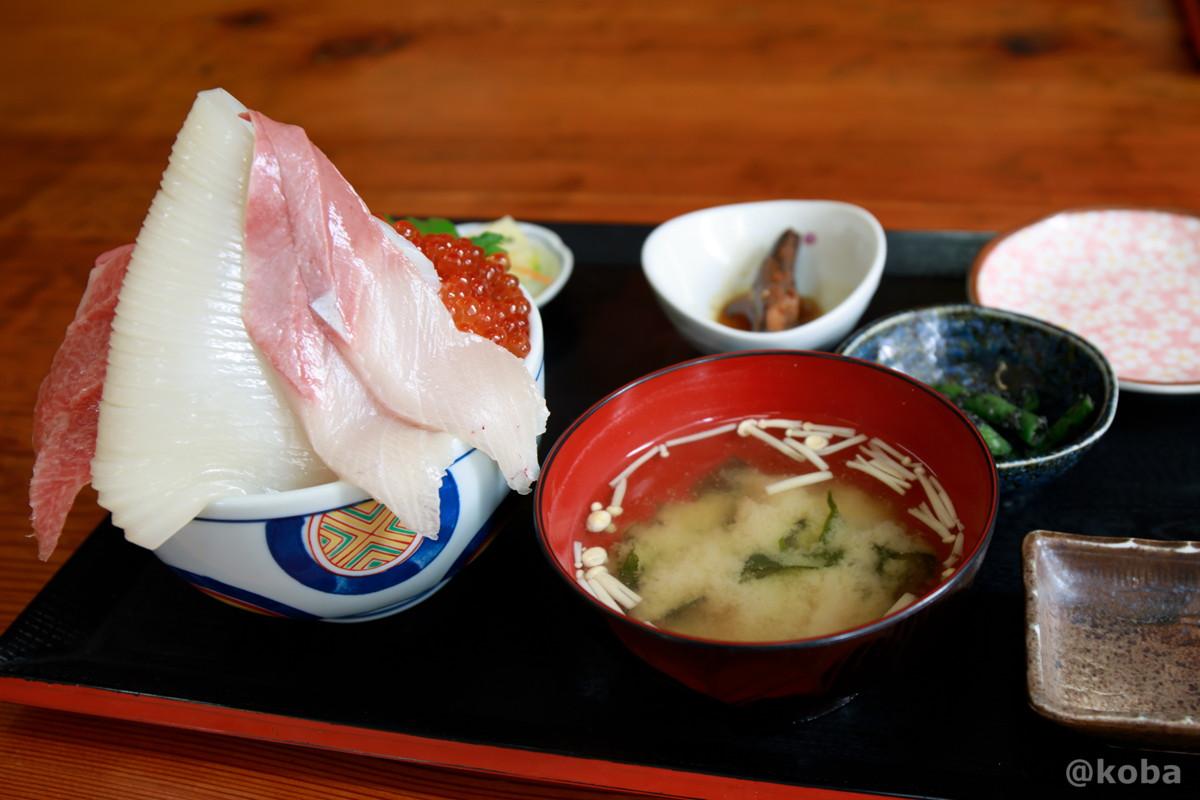 大トロ入り 五色丼 2,500円 定食の写真 海鮮丼 浜めし(はまめし) 食事処銚子 ブログ