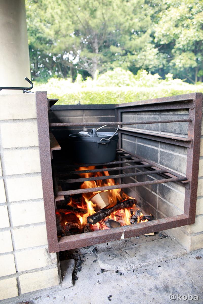 火力の調節は鉄格子の台で調整 炉の使い方 ダッチオーブンでカレー作り