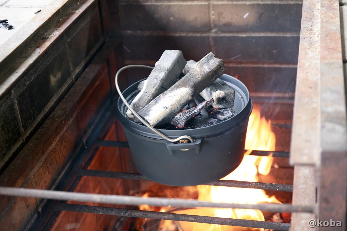 蓋の上に炭を乗せ、火力を高める 炉の使い方 ダッチオーブンでカレー作り