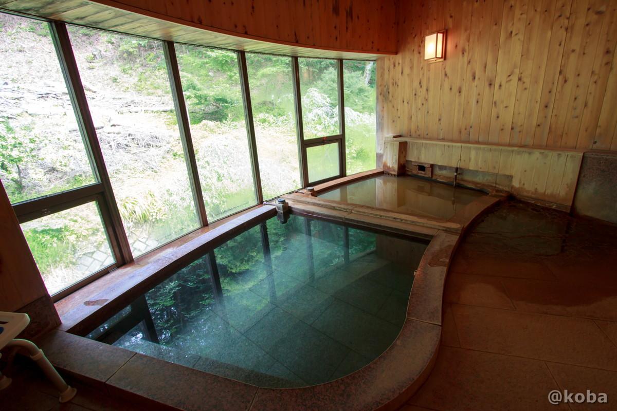 内湯の写真 浴槽は2層になっていて、手前がさら湯、壁側が源泉、鉄分を含んでいるので、茶褐色。 内山峠 初谷温泉(うちやまとうげ しょやおんせん) 長野県佐久市 日本秘湯を守る会
