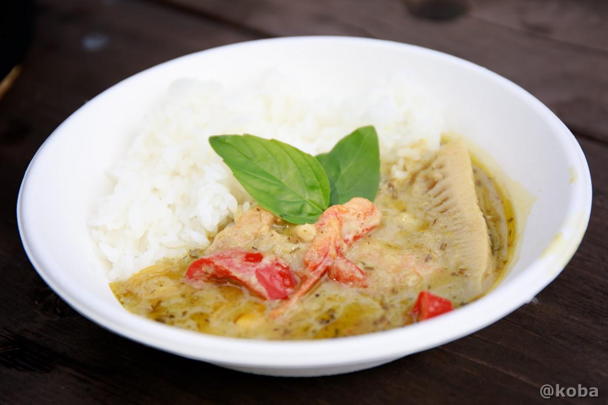 タイ料理 グリーンカレー盛り付け トッピングにバジルを乗せ、完成! しっかり辛い大人のカレーです バーベキュー料理
