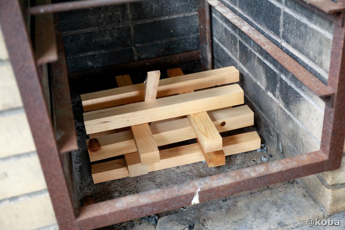 火起こしの写真 薪 木材準備 飯盒炊飯 炉の使い方