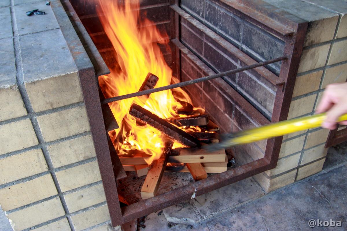 火起こしの写真 飯盒炊飯 炉の使い方