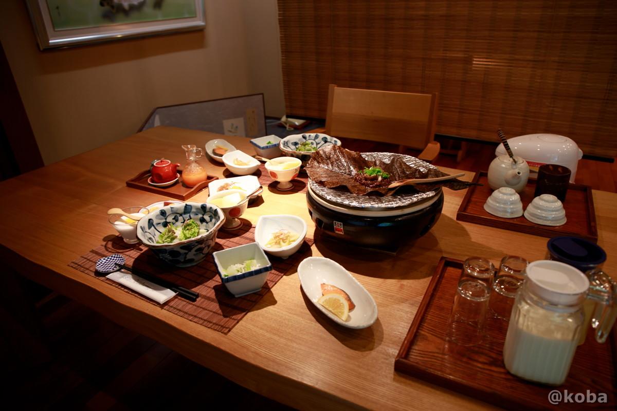 テーブル席の写真 朝ごはん 内山峠 初谷温泉(うちやまとうげ しょやおんせん) 長野県佐久市 日本秘湯を守る会