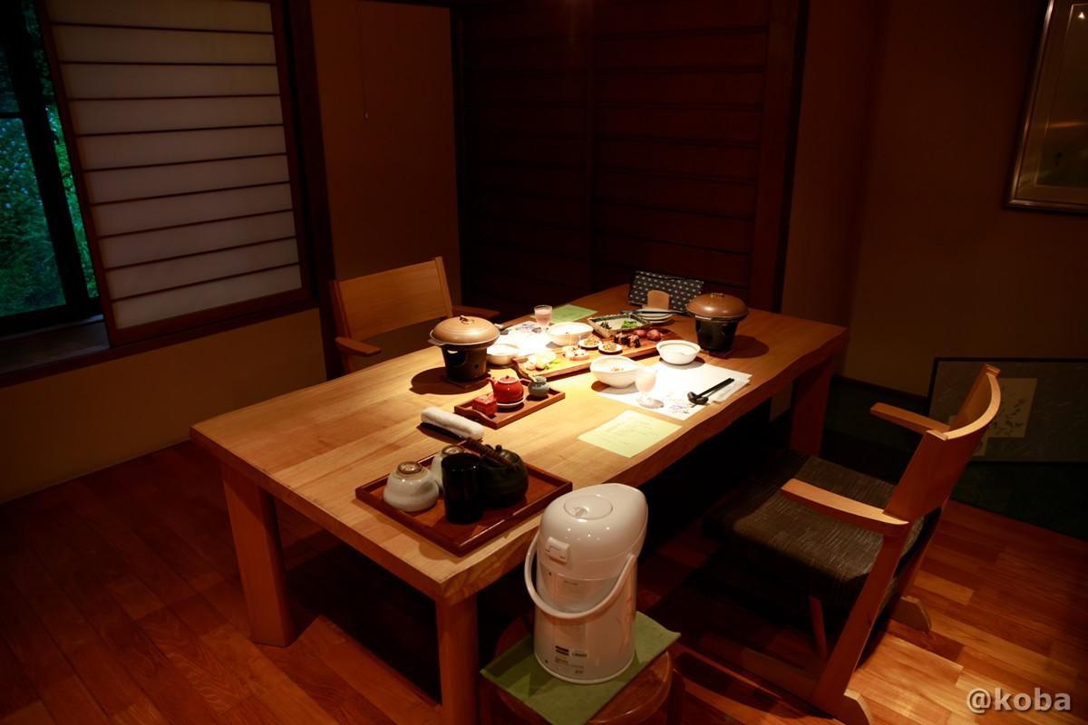 テーブル席の写真 夕食 内山峠 初谷温泉(うちやまとうげ しょやおんせん) 長野県佐久市 日本秘湯を守る会
