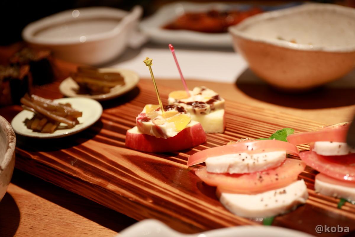 蒸し鶏塩麹漬 りんごとチーズ きゃらぶき 夕食 内山峠 初谷温泉(うちやまとうげ しょやおんせん) 長野県佐久市 日本秘湯を守る会