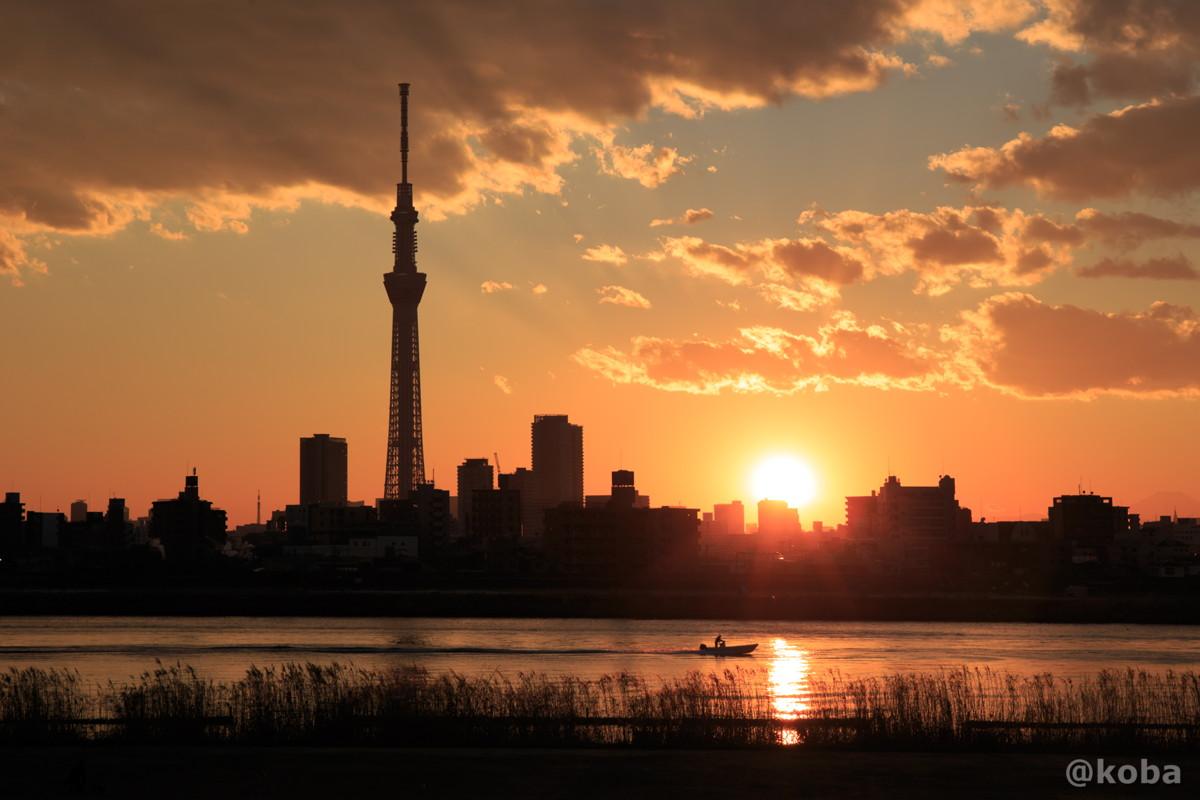日の入りの写真 四つ木 漁船と東京スカイツリー 夕方