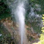 川俣間欠泉(かわまたかんけつせん)間欠泉は約60分ごとに吹き出します