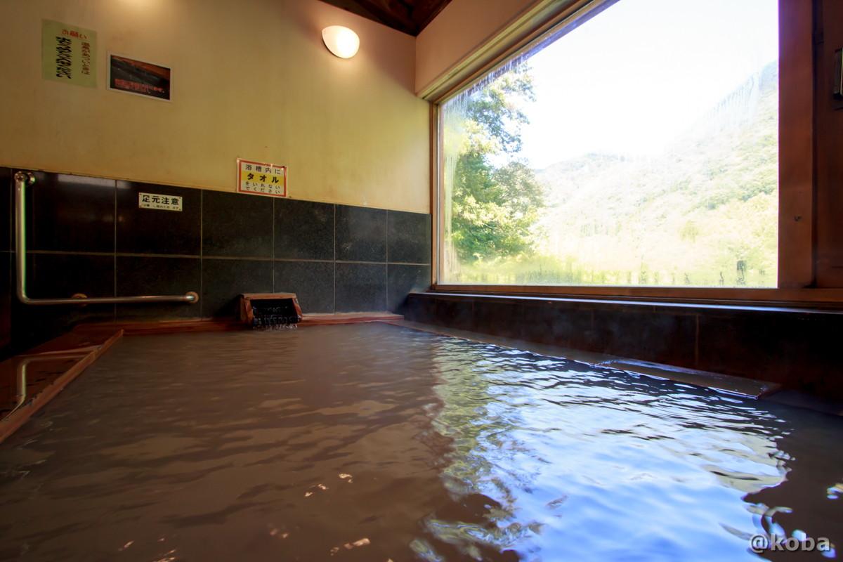 広い窓がある浴室の写真 黄褐色のお湯 かいうんのゆ ひがえりにゅうよく とちぎ にっこう ブログ
