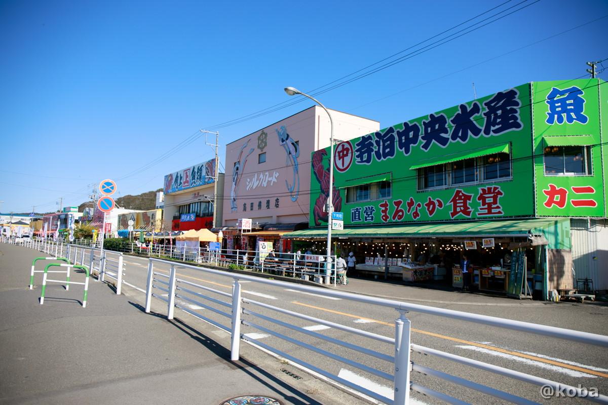 道路か見た市場の写真│寺泊魚の市場通り 魚のアメ横(てらどまりさかなのいちばどおり さかなのあめよこ)