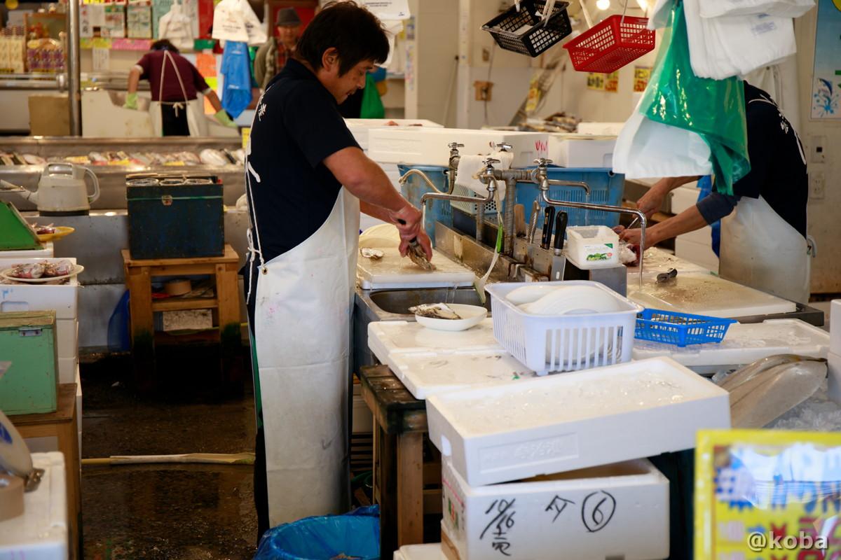 購入した魚介を捌く様子の写真│寺泊中央水産│寺泊魚の市場通り 魚のアメ横(てらどまりさかなのいちばどおり さかなのあめよこ)