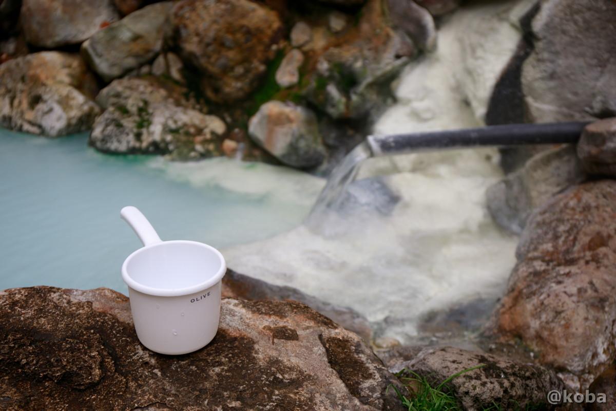 かけ湯用にぽつんと一つ置いてある手桶の写真│燕温泉 河原の湯(つばめおんせん かわはらのゆ)│新潟県妙高市 ブログ