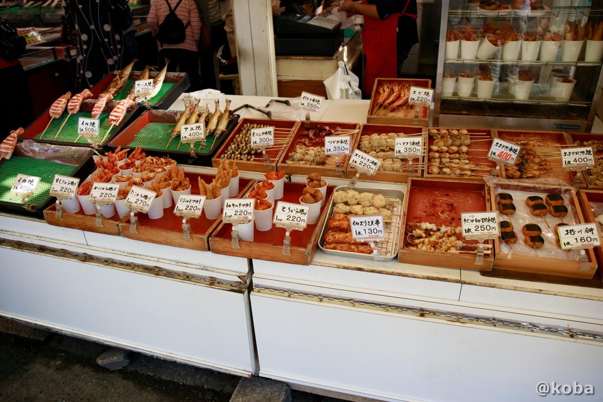 焼き物と揚げ物の値段の写真│角上魚類│寺泊魚の市場通り 魚のアメ横(てらどまりさかなのいちばどおり さかなのあめよこ)