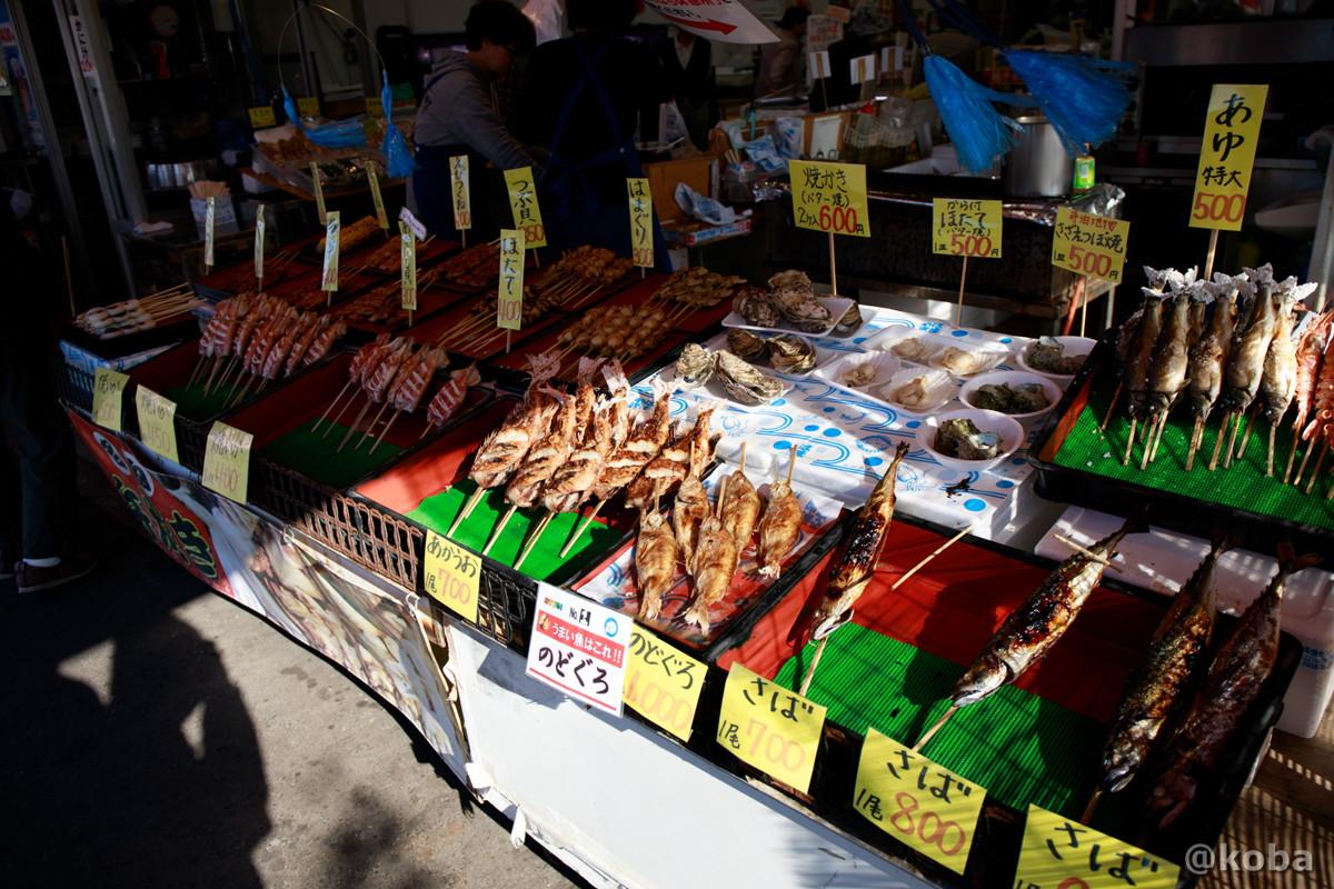 内観 露天焼き物の値段の写真│カニの金八 寺泊浜焼センター│寺泊魚の市場通り 魚のアメ横(てらどまりさかなのいちばどおり さかなのあめよこ)