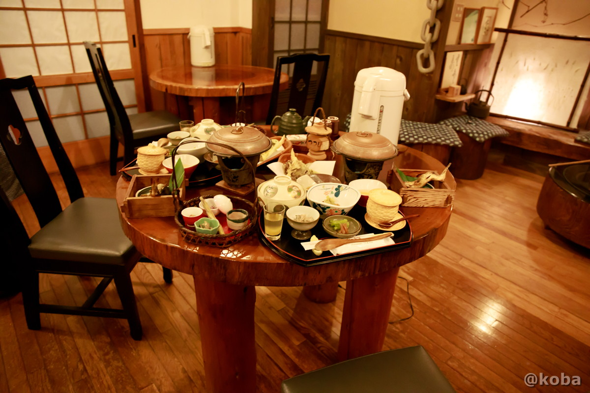夕食、テーブル席の写真 燕温泉 樺太館(つばめおんせん からふとかん)新潟県 妙高市
