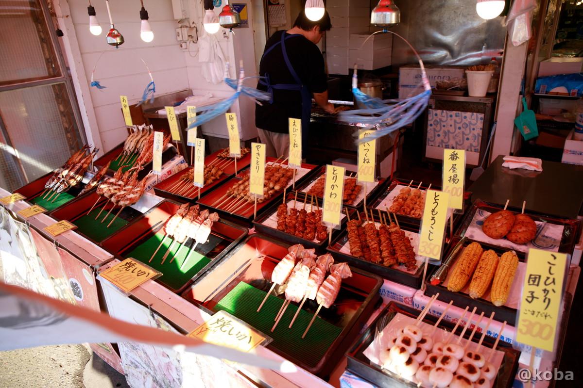 内観と露店 焼きのも値段の写真│山六水産│寺泊魚の市場通り 魚のアメ横(てらどまりさかなのいちばどおり さかなのあめよこ)