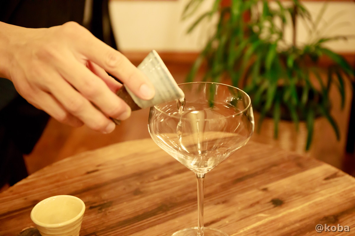 純米酒用のグラスにお酒を注ぐ写真│燕温泉 樺太館