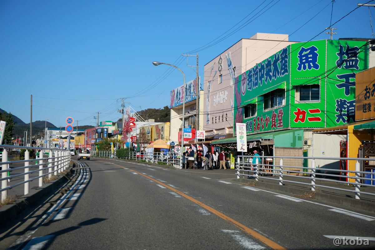 寺泊魚の市場通り、車の窓から観た写真