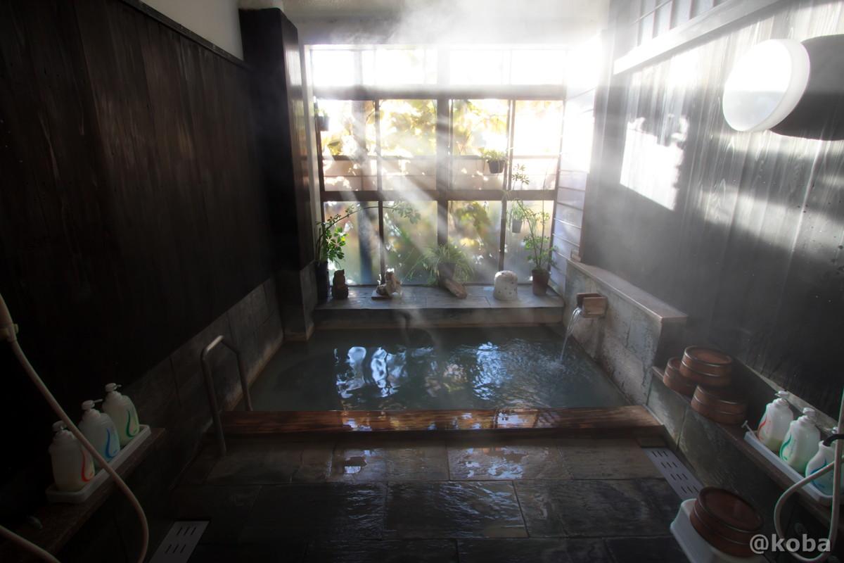 朝日が入る内湯の写真 燕温泉 樺太館(つばめおんせん からふとかん)新潟県 妙高市