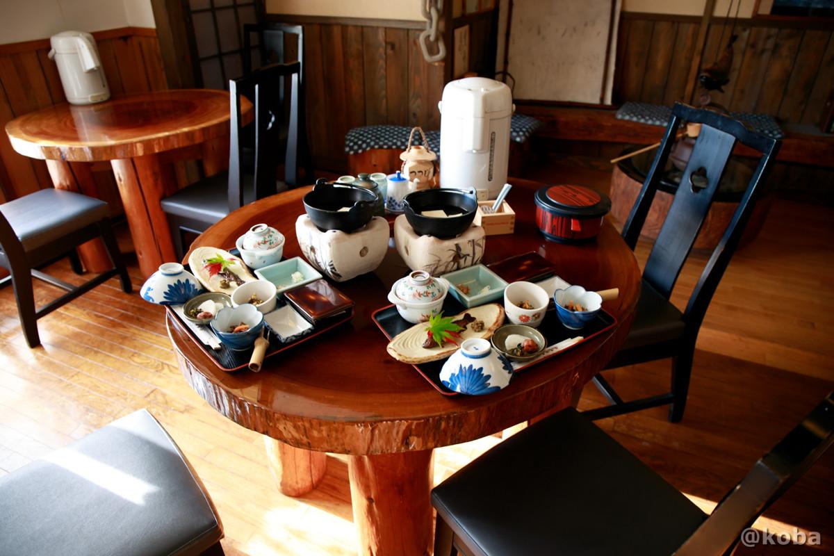 朝食 テーブル席の写真 燕温泉 樺太館(つばめおんせん からふとかん)新潟県 妙高市