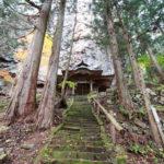 急勾配の階段下から見た、本堂の写真│大岩不動尊(おおいわふどうそん)│群馬県 ブログ
