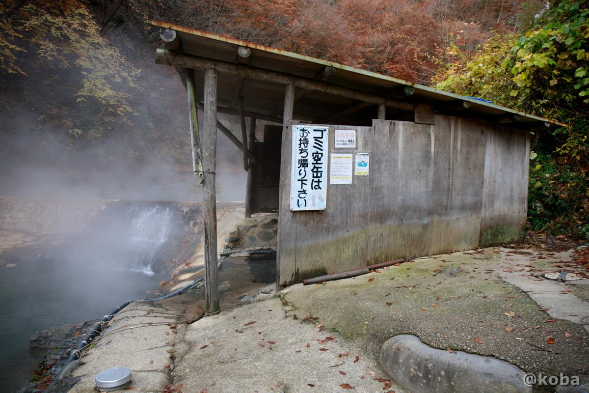 湯場、小屋の外観の写真│尻焼温泉(しりやきおんせん)川の湯 日帰り入浴│群馬県 ブログ