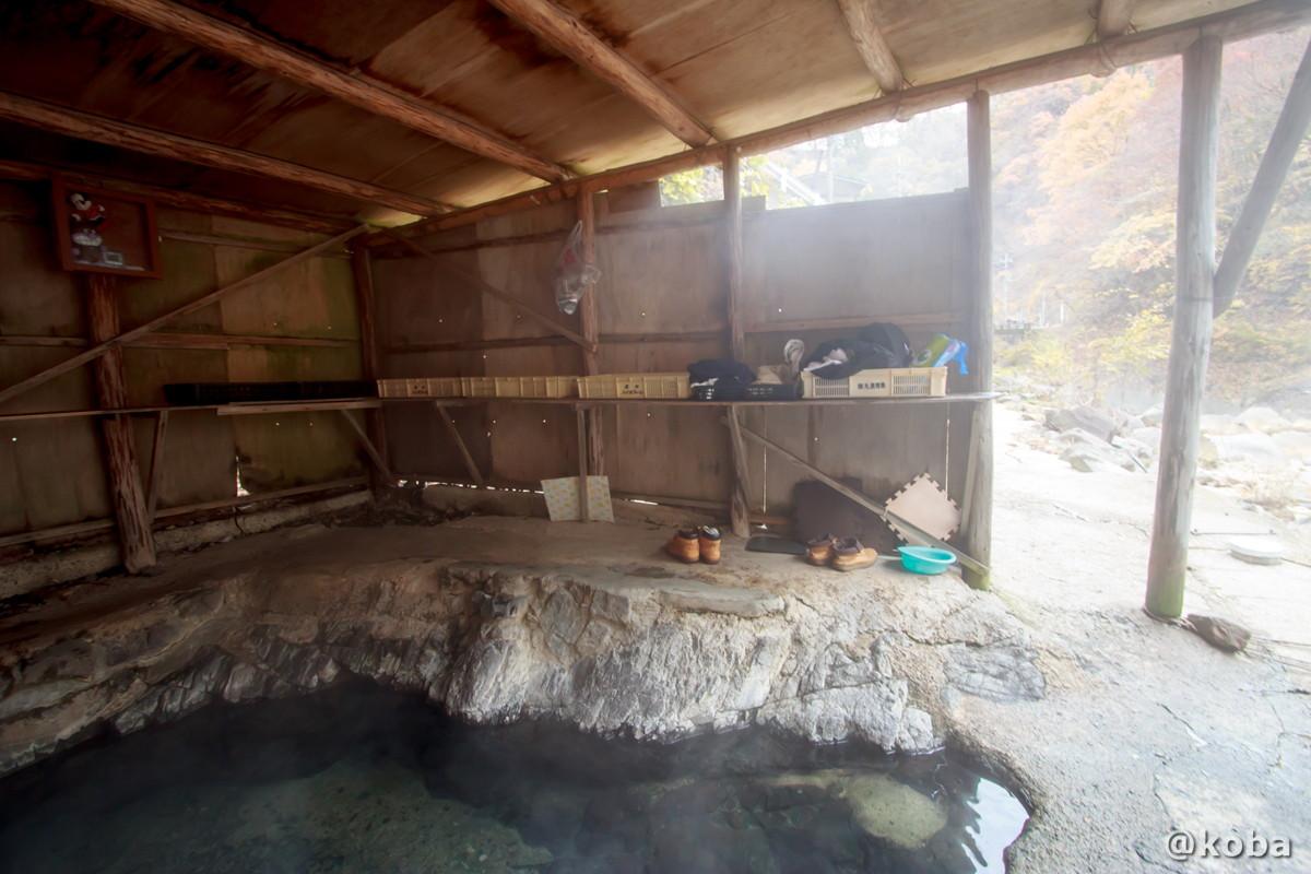 小屋内にある脱衣場の写真│尻焼温泉(しりやきおんせん)川の湯 日帰り入浴│群馬県 ブログ
