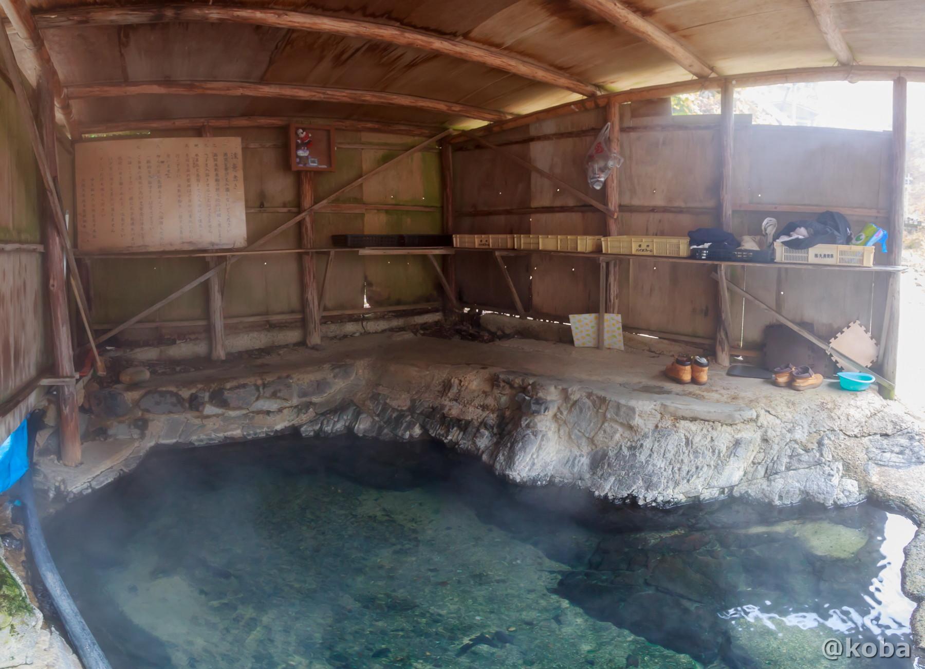 屋根付きのお風呂、内観全景の写真│尻焼温泉(しりやきおんせん)川の湯 日帰り入浴│群馬県 ブログ
