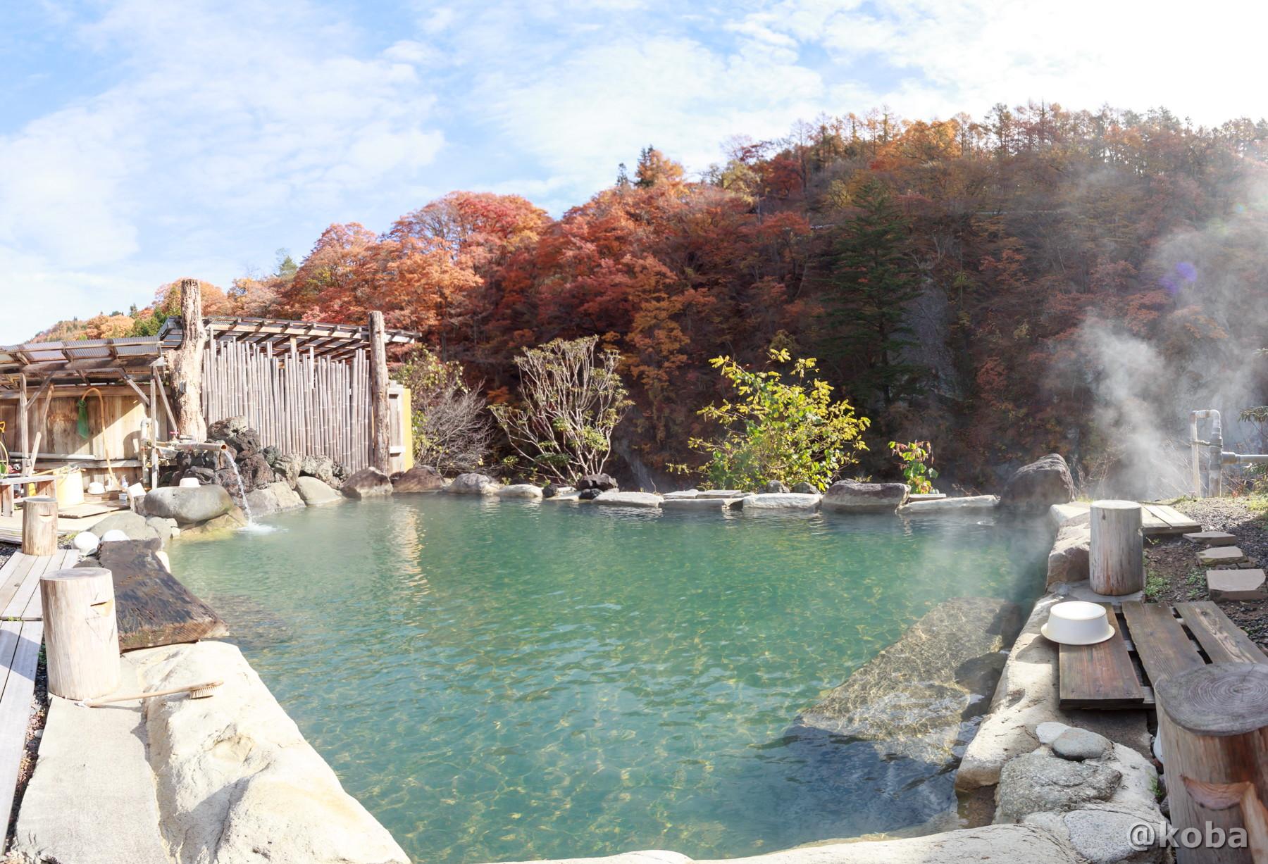 青空と広い露天風呂(男湯)、綺麗な紅葉の写真│京塚温泉・しゃくなげの湯 日帰り入浴│群馬県 ブログ