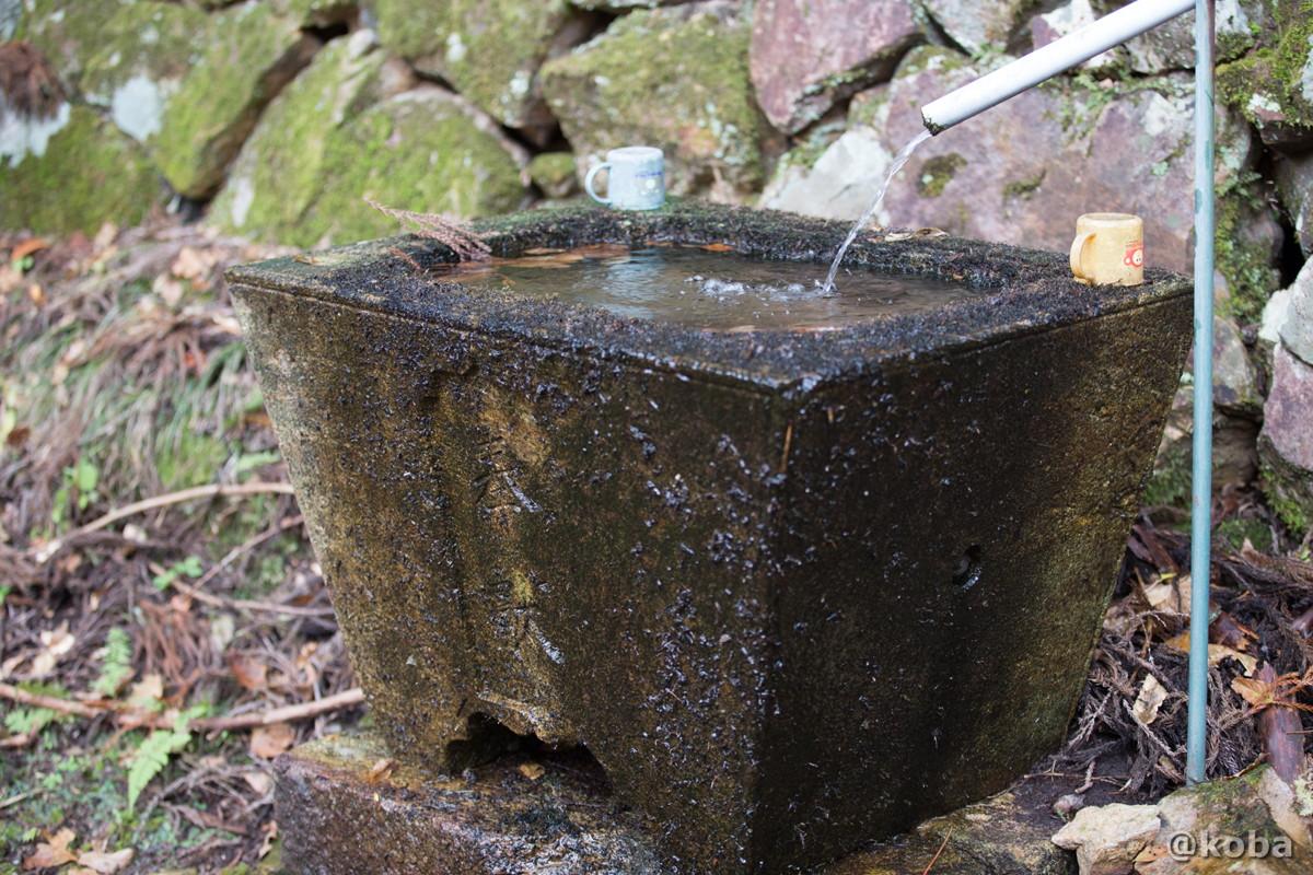 コップが置いてある手水舎の写真│大岩不動尊(おおいわふどうそん)│群馬県 ブログ