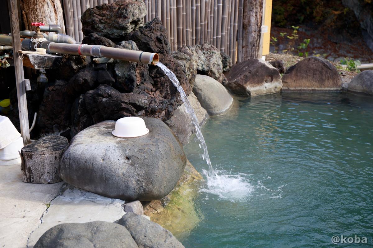 湯口 豊富な湯量!源泉かけ流しの写真│京塚温泉・しゃくなげの湯 日帰り入浴│群馬県 ブログ