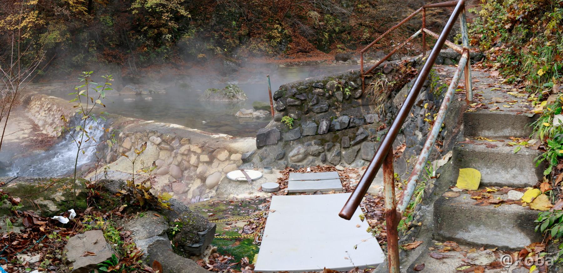 川の温泉の通路と階段の写真│尻焼温泉(しりやきおんせん)川の湯 日帰り入浴│群馬県 ブログ