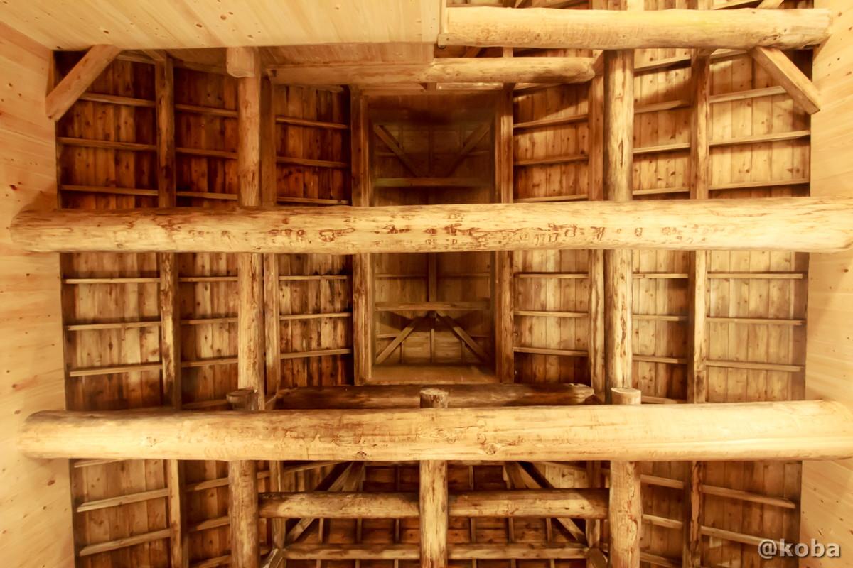 内湯 檜風呂、梁と天井を見上げた写真│たんげ温泉 美郷館(みさとかん)│群馬県 吾妻郡