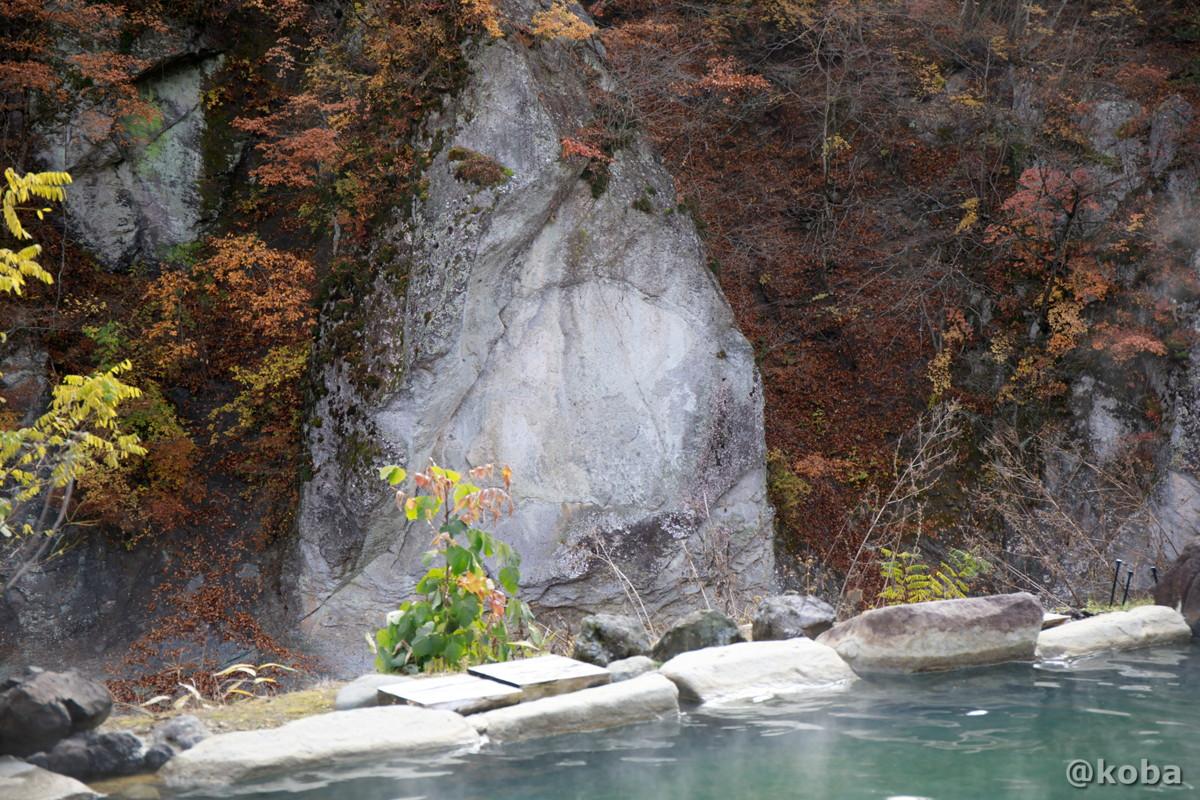 目の前に流れる白砂川沿いの大きな岩肌の写真│京塚温泉・しゃくなげの湯 日帰り入浴│群馬県 ブログ