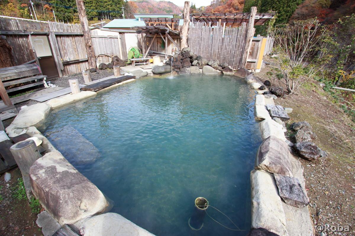 斜め上から見た露天風呂の写真│京塚温泉・しゃくなげの湯 日帰り入浴│群馬県 ブログ