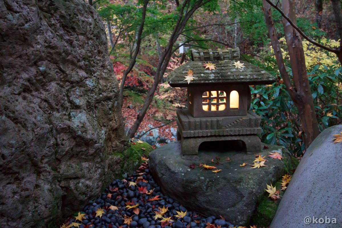 灯篭の笠に積もるモミジの葉の写真│たんげ温泉 美郷館(みさとかん)│群馬県 吾妻郡