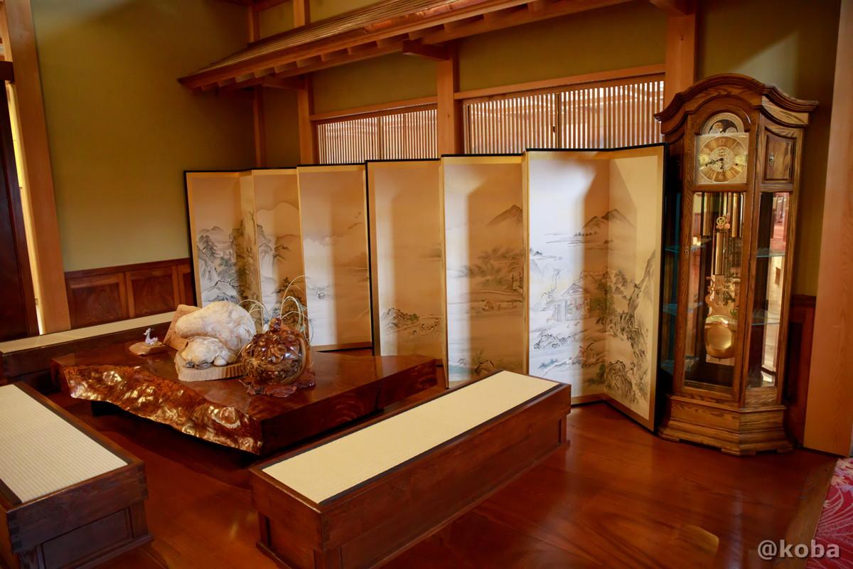 ホール席、屏風と大きな置き時計の写真│たんげ温泉 美郷館(みさとかん)│群馬県 吾妻郡