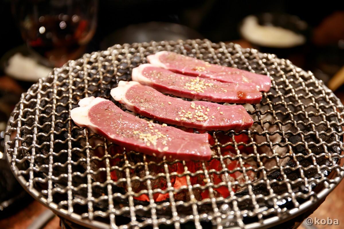 アブシンを七輪で焼く写真│炭火焼肉 矢つぐ(やつぐ)│東京都江戸川区・新小岩