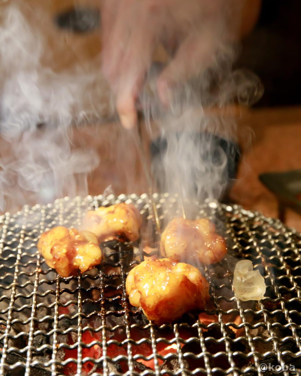 ホルモンを七輪で焼く写真│炭火焼肉 矢つぐ(やつぐ)│東京都江戸川区・新小岩