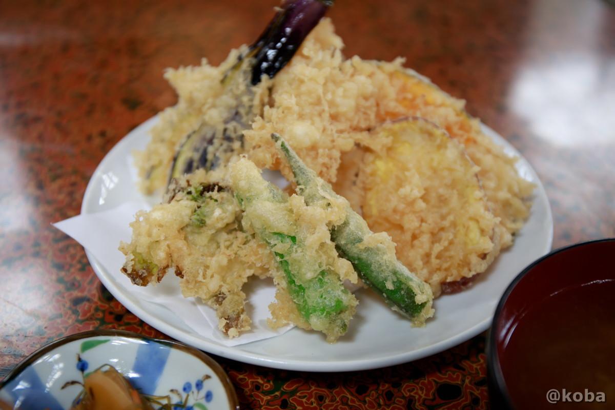 天ぷら(エビ,カボチャ,ナス,シシトウ,オクラ,タラノメ,まいたけ,さつまいも)の写真 八千代温泉 芹の湯 食事処 群馬県 下仁田町