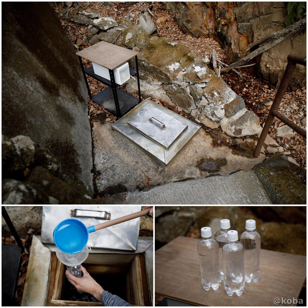 用意した透明のペットボトルに「宝命水」を汲んでいる写真|内山峠 初谷温泉(うちやまとうげ しょやおんせん)|長野県佐久市