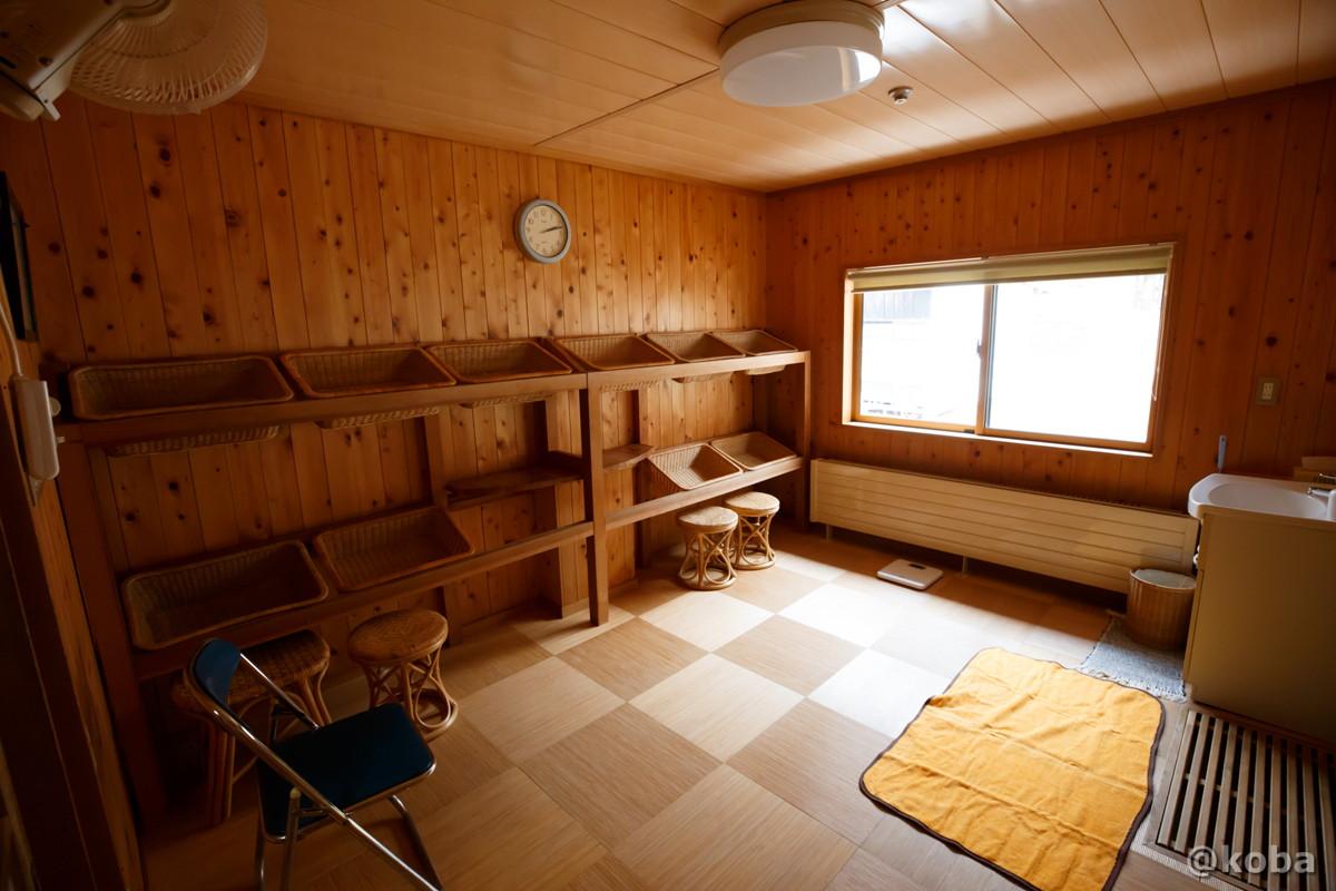 脱衣室の写真|内山峠 初谷温泉(うちやまとうげ しょやおんせん)|長野県佐久市