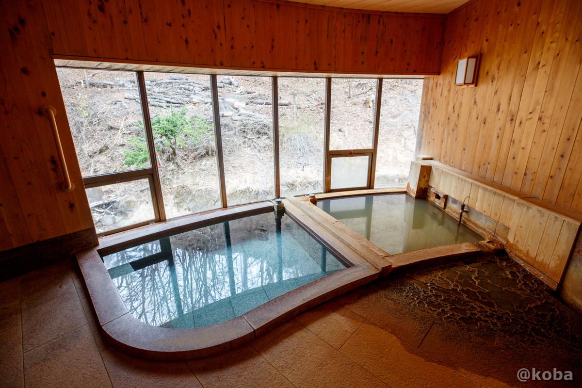二層に分かれた内湯の写真・さら湯、壁側が源泉、鉄分を含んでいるので茶褐色。|内山峠 初谷温泉(うちやまとうげ しょやおんせん)|長野県佐久市