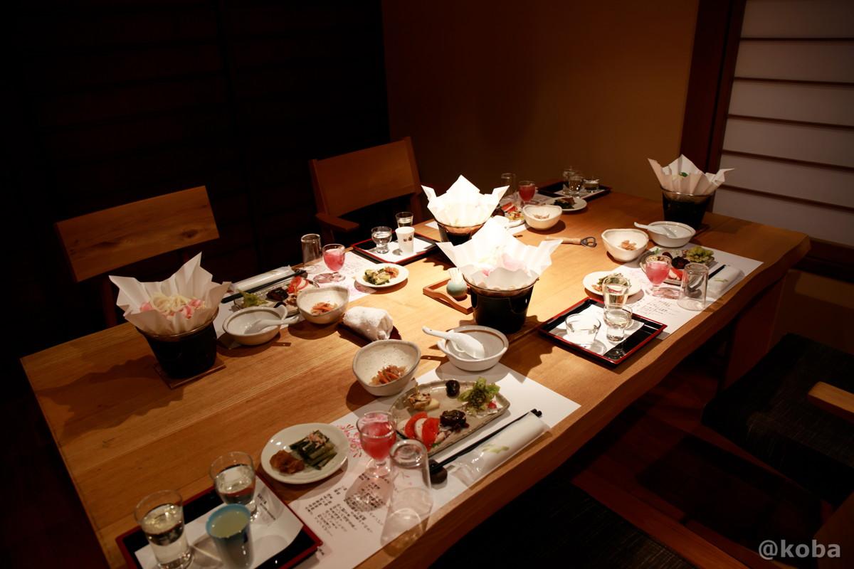 夕食・テーブル席の写真|和食|内山峠 初谷温泉(うちやまとうげ しょやおんせん)|長野県佐久市