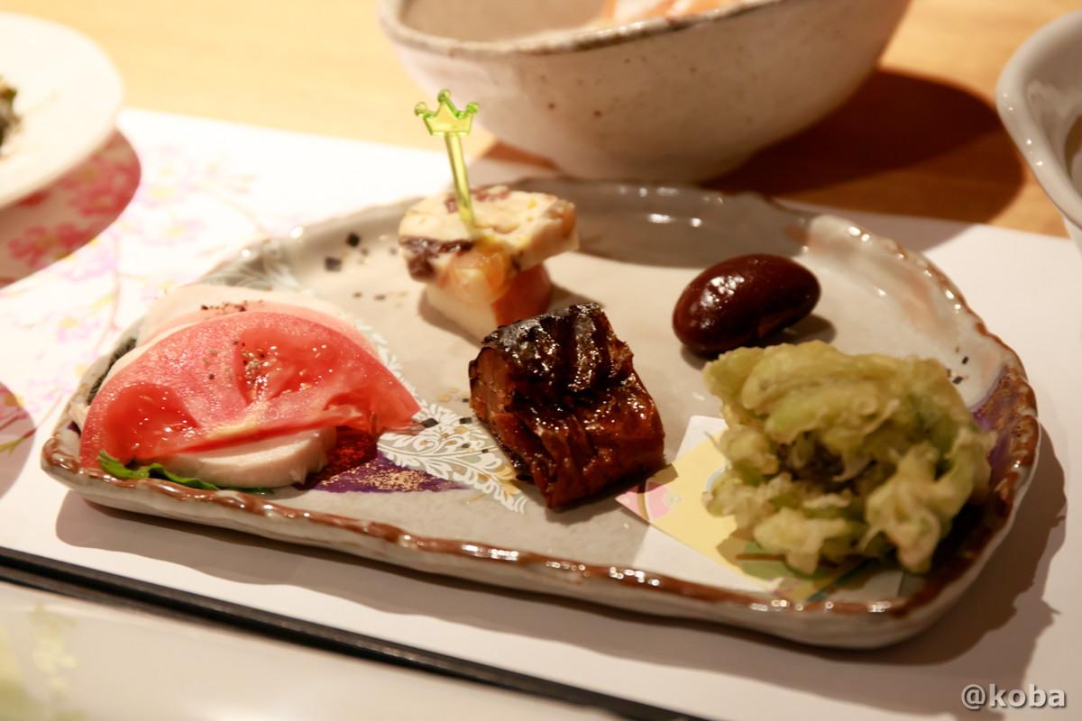 前菜・花豆 フキノトウの天ぷら 蒸し鶏塩麴 にじます甘露煮 りんごとチーズ うどとレンコンのキンピラの写真|内山峠 初谷温泉(うちやまとうげ しょやおんせん)|長野県佐久市